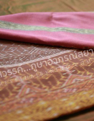 ผ้าไหมย้อมสีธรรมชาติด้วยไม้เก้ามงคลอาบโคลนดอกบัว ยาว 4 เมตร สำหรับนุ่ง  สอบถามราคาได้ที่ Line ID : @dressthaibyning  Tel : 0915499296