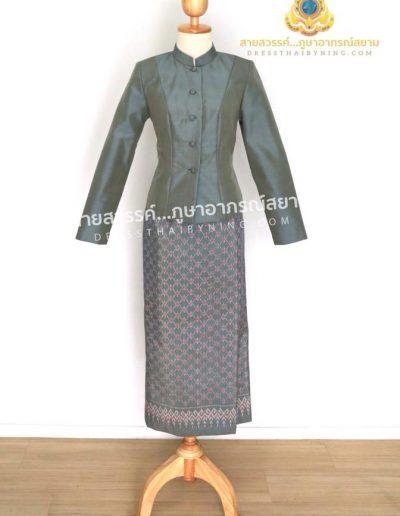 ชุดไทยจิตรลดาผ้าไหมจากมูลนิธิส่งเสริมศิลปาชีพฯ สีเทา เสื้อสีพื้น ผ้าถุงลายชมพู( size L ) ราคา 8,000.- พร้อมส่งค่ะ