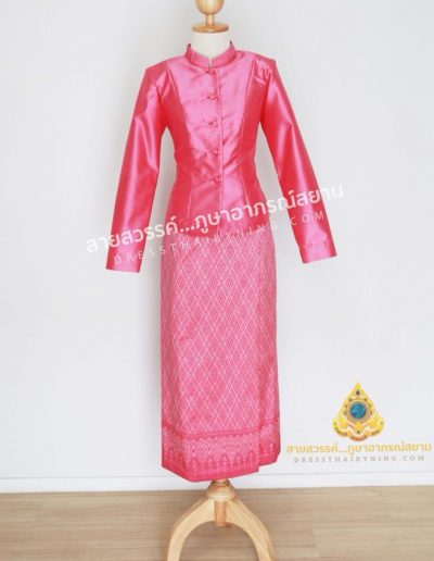ชุดไทยจิตรลดาผ้าไหมจากมูลนิธิส่งเสริมศิลปาชีพฯ สีบานเย็น เสื้อสีพื้น ผ้าถุงลายมัดหมี่เข้าชุดกัน สีสดสวยโดดเด่นมากค่ะ ( size L ) ราคา 8,000.-พร้อมส่งค่ะ