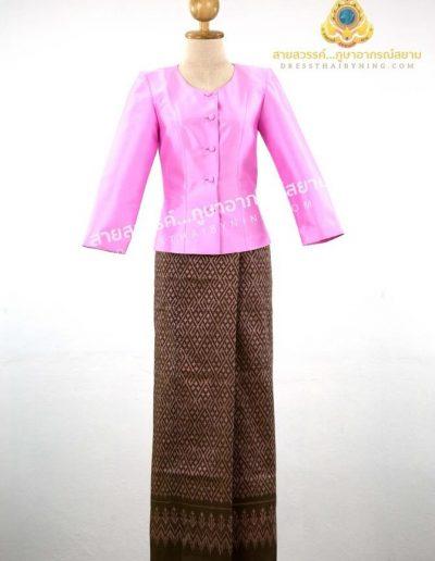 เสื้อแบบชุดไทยเรือนต้นสีชมพูผ้าไหมพิเศษจากปักธงชัย ราคา 3,500.- ผ้าซิ่นไหมมัดหมี่พื้นสีน้ำตาลลายชมพู จากมูลนิธิส่งเสริมศิลปาชีพฯ ราคา 3,000.-