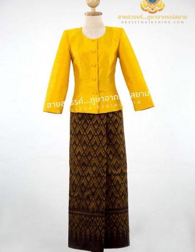 เสื้อแบบชุดไทยเรือนต้นสีจำปาแก่ผ้าไหมสี่เส้นจากปักธงชัย ราคา 2,500.- ผ้าซิ่นไหมมัดหมี่สีน้ำตาลเม็ดมะขามลายใหญ่ จากมูลนิธิส่งเสริมศิลปาชีพฯ ราคา 3,000.-