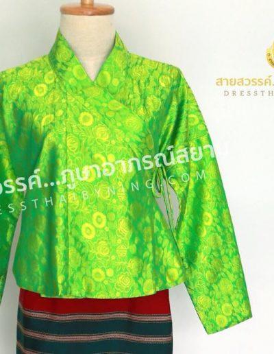 เสื้อปั๊ดผ้าไหมแพรจีน สีเขียว นุ่งซิ่นทอมือของชาวบ้าน เป็นงานของกลุ่มผลิตชุดพื้นเมืองที่ จ.เชียงราย ชุดๆละ 2,500.- นะคะ