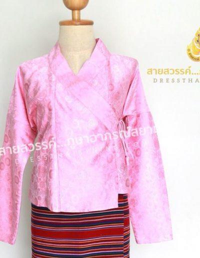 เสื้อปั๊ดผ้าไหมแพรจีน สีชมพู นุ่งซิ่นทอมือของชาวบ้าน เป็นงานของกลุ่มผลิตชุดพื้นเมืองที่ จ.เชียงราย ชุดๆละ 2,500.- นะคะ